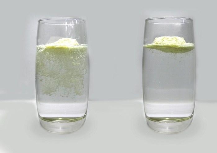 Sữa Pediasure thật sẽ không tan ngay mà nổi lơ lửng trên mặt nước